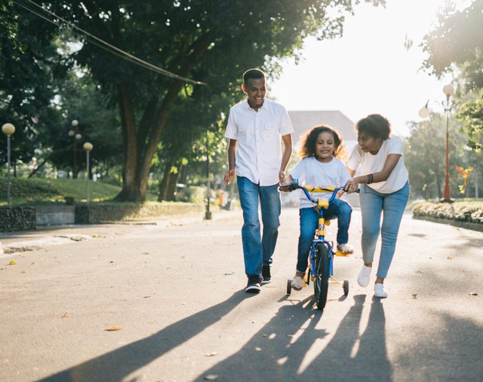A lifestyle family portrait pose outdoors