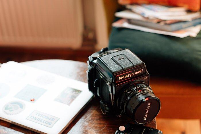 uma imagem de uma câmera Mamiya rb67 em uma mesa