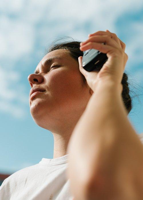 uma cena de cima de uma pessoa segurando um fotômetro na mão esquerda