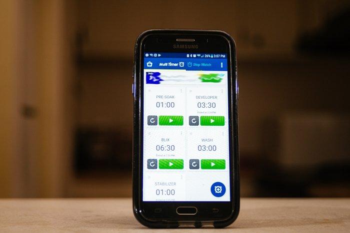 uma foto de um telefone Samsung é exibida com um aplicativo multitemporizador