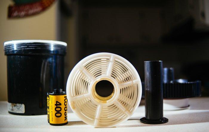 uma foto dos elementos de um kit de revelação de filme C-51