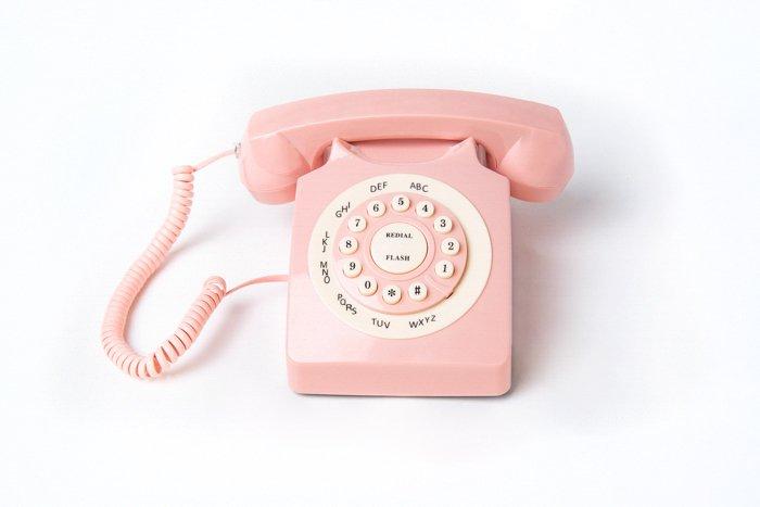 Um telefone analógico em um fundo branco com fundo de curva infinita