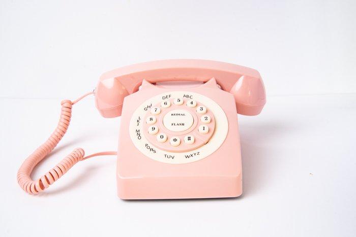 Um telefone analógico em um fundo costurado