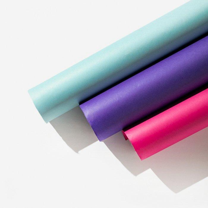 Uma fileira de papel transparente colorido
