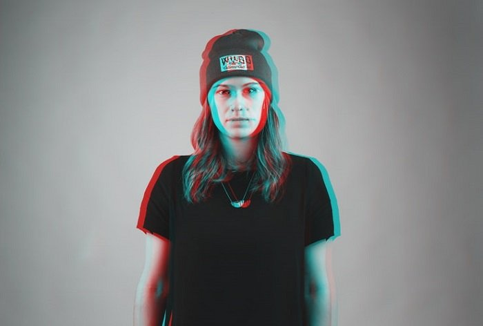 3D image of a woman in a t-shirt and hat