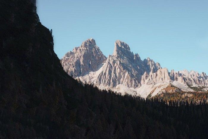 远处有一个参差不齐的山脉,有一个黑暗的悬崖和森林的阴影