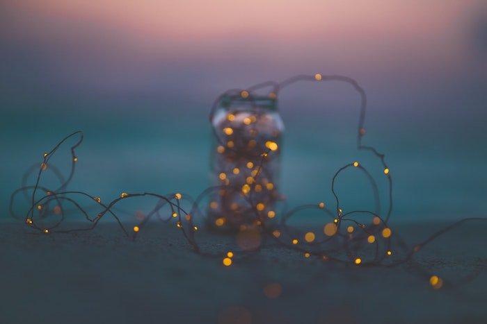 沙滩上的瓶子和散景灯的彩色蜡笔图像