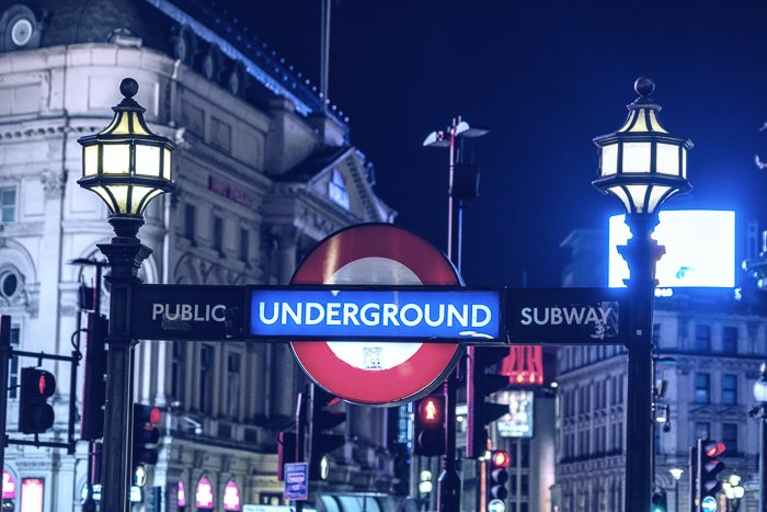 夜间伦敦地下标志