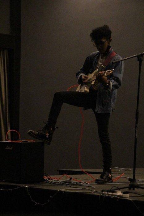 吉他手在舞台上拍摄的昏暗光线