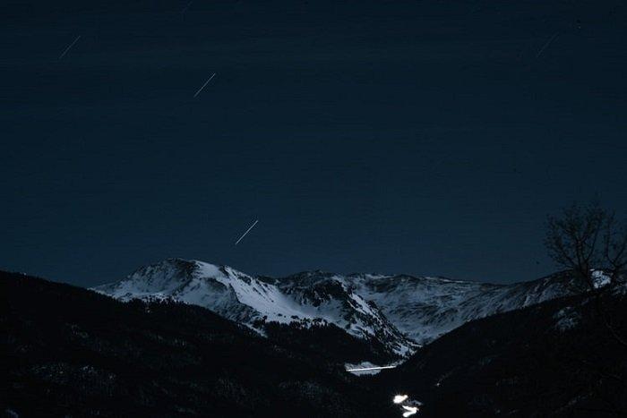 射击星的图象在一个黑暗的多山风景
