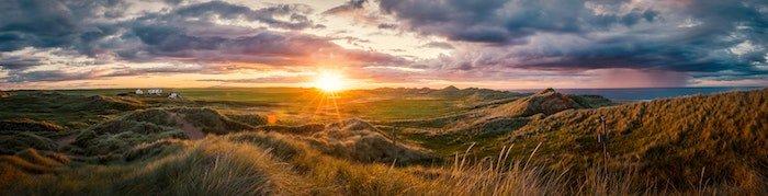 全景景观图像的云落日和广阔的土地草原和山脊