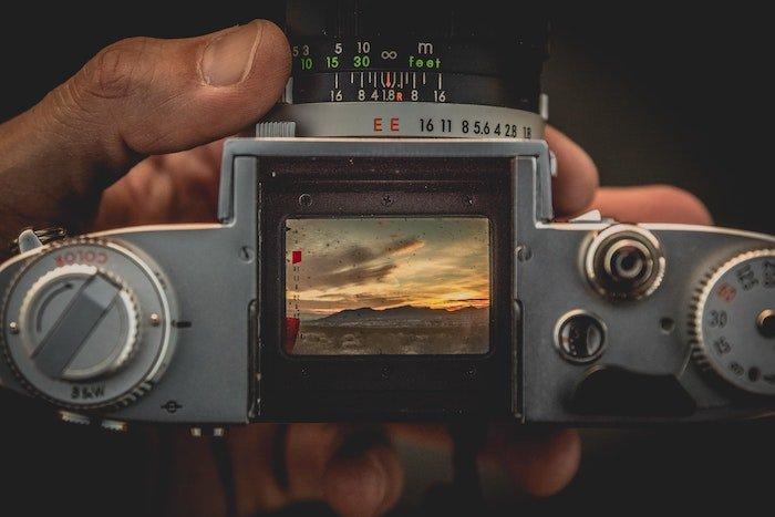 无反光镜相机顶部的取景器用于手动对焦