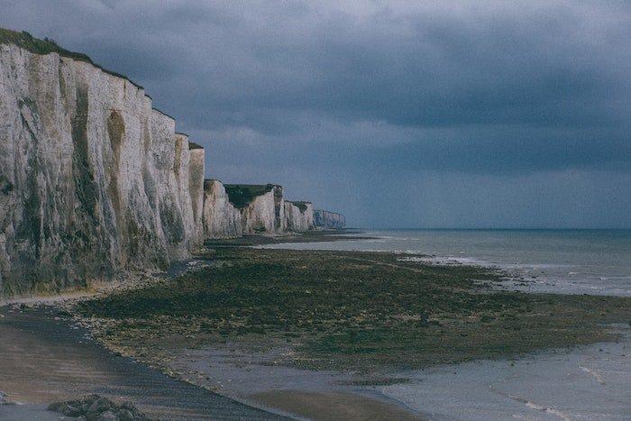 低对比景观图像的海岸线与悬崖,海滩,和水