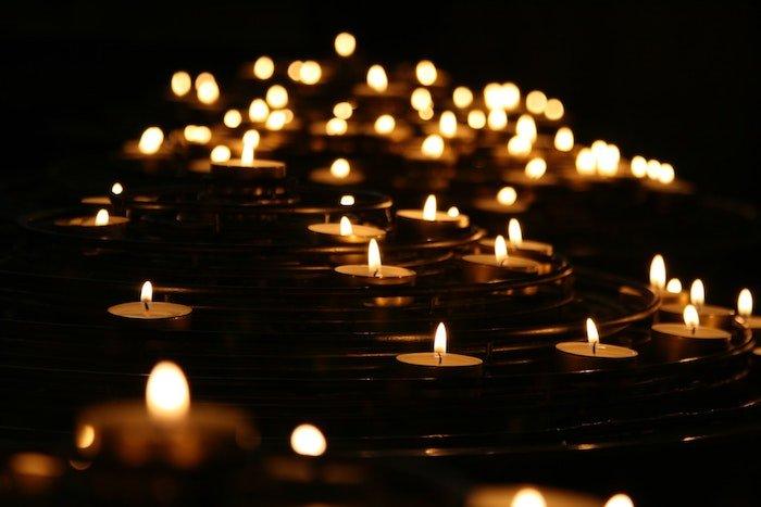 晚上点燃多支茶蜡烛,中央手动聚焦