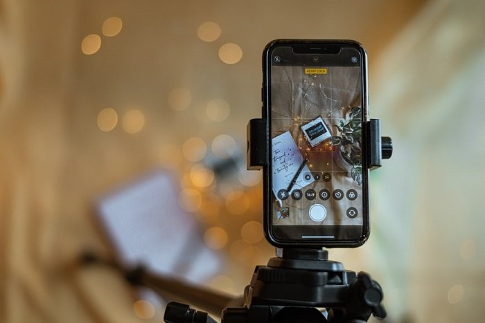 photographing with a smart phone on a tripod